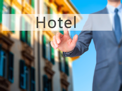 5 must-see hotel marketing missives: Man shopping for hotel online
